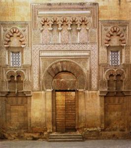 احد بوابات المسجد الجامع المواجهة للقصر وكان للخليفة ممر خاص يوصله من القصر للجامع